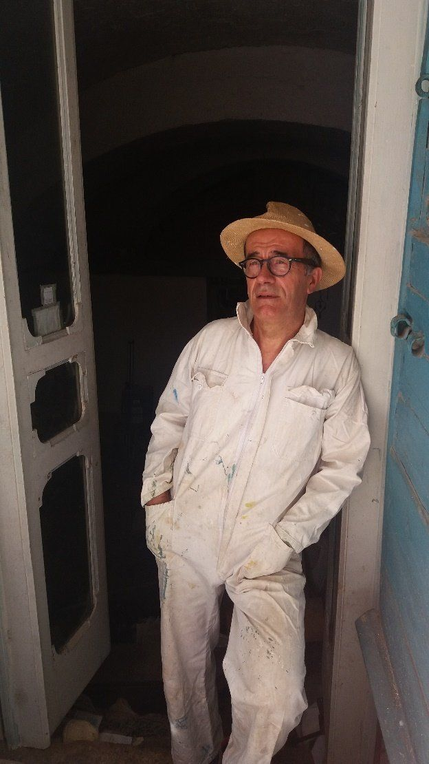 Il pittore, artista e scrittore Ostunese, Franco Farina, autore del