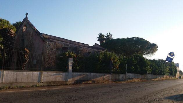 Chiesa di San Giacomo dentro il ristorante chiuso-sbarrato di Torre San Giacomo, nei pressi di San Michele