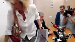 Lezzi ed Emiliano litigano in conferenza stampa. Volano gli insulti e la ministra se ne