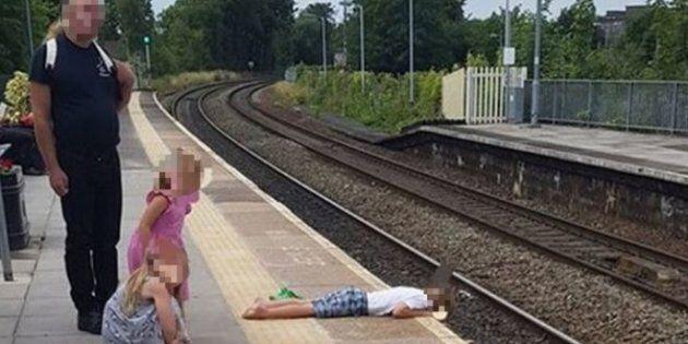 Bambino steso verso i binari, il padre non fa nulla. E assicura: