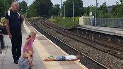 Bambino si stende sulla banchina, il padre non fa nulla: