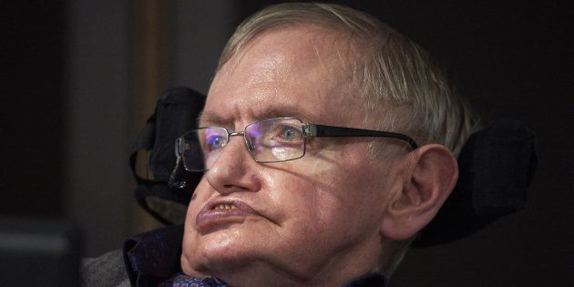 Le ceneri di Stephen Hawking verranno sepolte accanto alla tomba di Isaac Newton e Charles