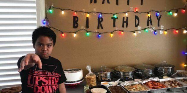 Nessuno si presenta al suo compleanno, a tema Stranger Things. Il gesto del cast gli fa tornare il
