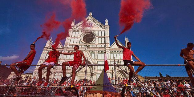 Renzi racconta il calcio storico fiorentino: primo ciak in piazza Santa