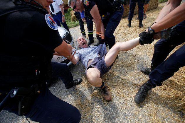 A Carcassone la protesta degli agricoltori blocca i ciclisti del Tour de France. La polizia usa i gas...