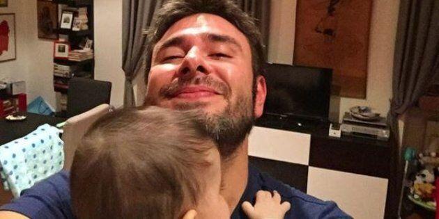 Alessandro Di Battista alla camera con il figlio e la compagna Sarah: