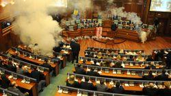In Kosovo alcuni parlamentari hanno lanciato gas lacrimogeni per bloccare il voto su una