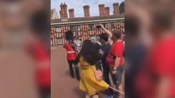 La turista vuole un selfie, la guardia della Regina la spinge via con