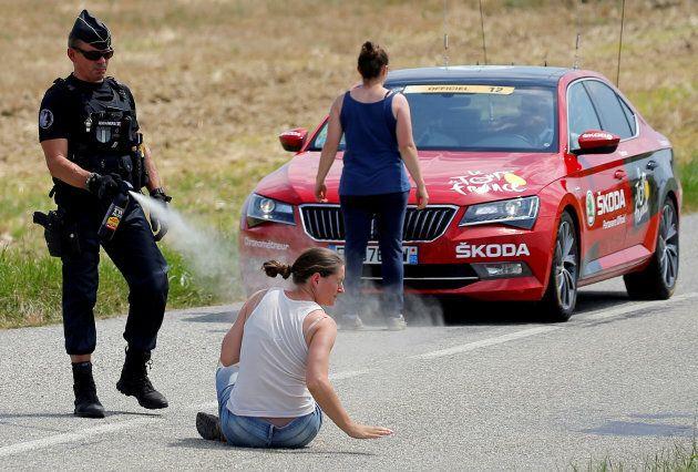 La manifestante è a terra, il poliziotto la colpisce con lo spray urticante. La foto che fa discutere...