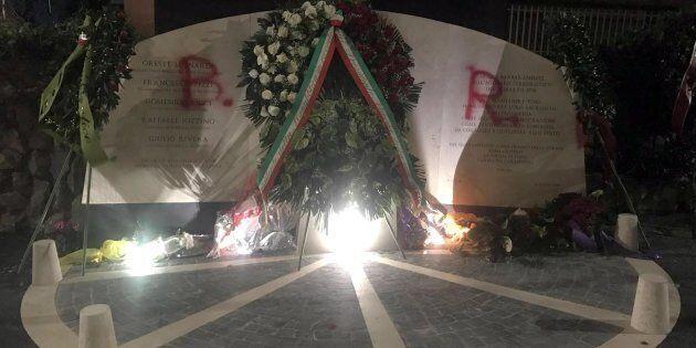 Il monumento che ricorda le vittime dell'agguato di via Fani, imbrattato con la scritta 'Br' nella notte...