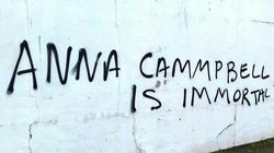Anna Campbell: un muro con una scritta e un corpo sotto le