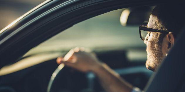 Si ferma per fare pipì: l'auto cade in un