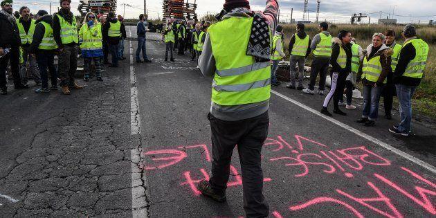 Francia, il governo cede ai gilet gialli: sospeso l'aumento delle tasse sui