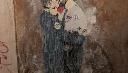 Salvini e Di Maio si baciano per le strade di Roma. Il murales firmato Tvboy: