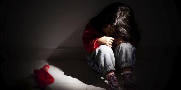 Bambina violentata dal prete di famiglia. Il padre: