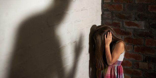 Costringeva la figlia di 9 anni a prostituirsi con un anziano,