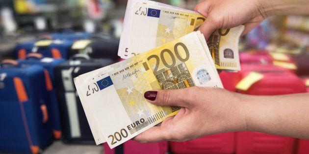 Manovra, sale a 15mila euro il tetto per il pagamento in contanti degli