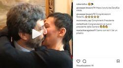 Roberto Fico esulta per l'elezione alla Camera. E bacia la compagna Yvonne De