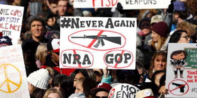A Washington marcia degli studenti contro le armi. C'è anche
