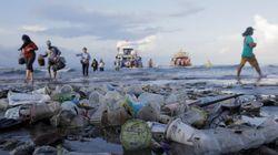 Plastica in mare, un solo chiodo non può fermare il crollo di un