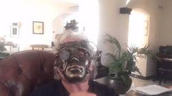 Il messaggio di Grillo con la maschera da robot: