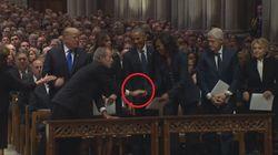 Ai funerali del padre, Bush dà qualcosa a Michelle. E l'ex first lady
