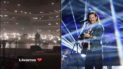 Blackout al concerto di Enrico Nigiotti. Il pubblico illumina il teatro con gli
