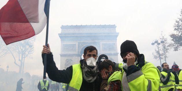 Parigi in assetto da guerra per il corteo dei gilet gialli: 65mila agenti schierati, negozi chiusi ed...
