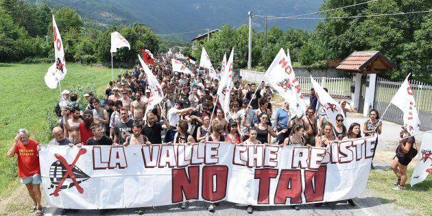 Un momento della marcia sulla linea ferroviaria Torino-Lione organizzata dal movimento NO TAV durante...