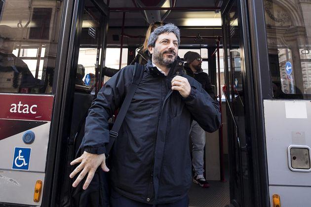 Roberto Fico sull'autobus, ma nel 2017 lo aveva preso 15