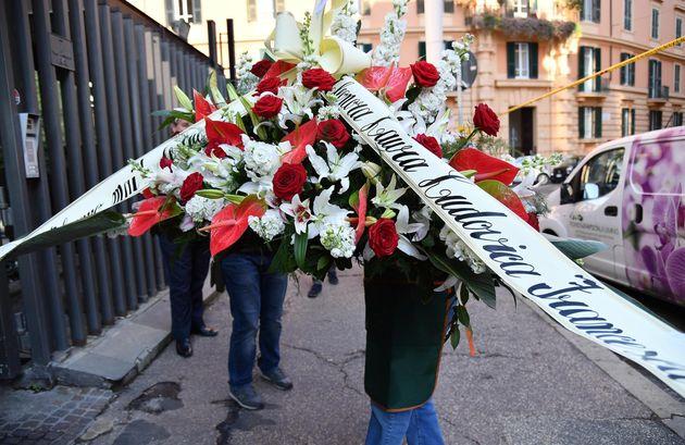 Una corona di fiori alla camera ardente di Fabrizio