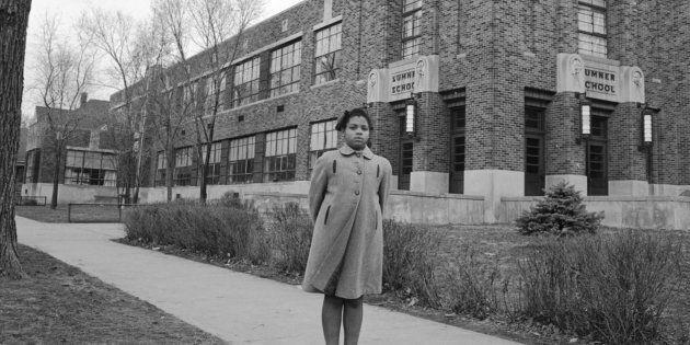 Linda Brown a 9 anni, in posa di fronte alla Sumner Elementary School di Topkea, Kansas, nel