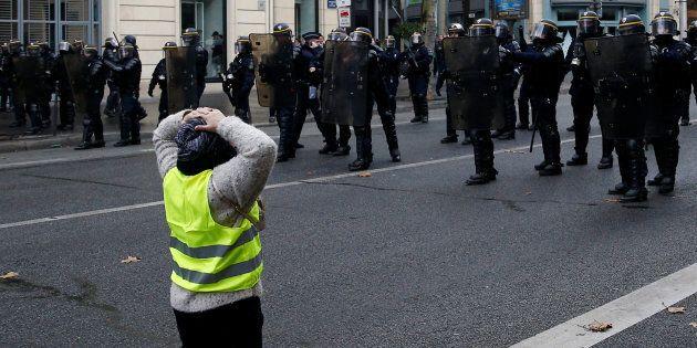 Gilet gialli a Parigi, manifestante in ginocchio davanti alla