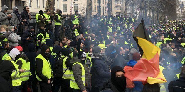 Gilet gialli in piazza anche a Bruxelles: scontri con la polizia e 100