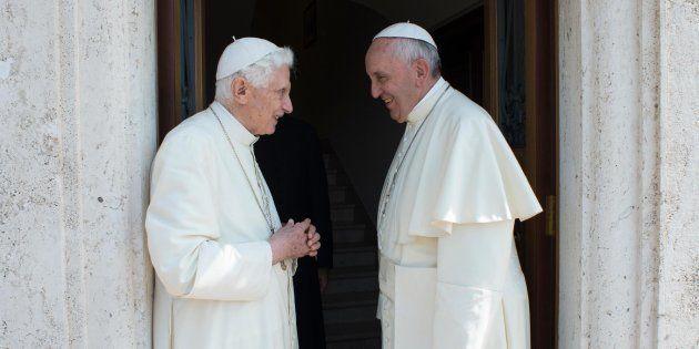 Papa Francesco fa visita a Benedetto XVI per gli auguri di Pasqua. L'incontro dopo la lettera censurata...