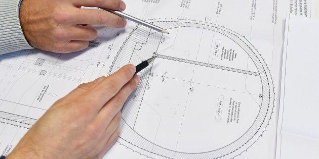Tecnici al lavoro sul progetto TAV presso gli uffici della sede