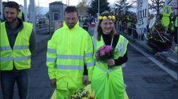 Coppia di gilet gialli si sposa al casello autostradale (dove si sono