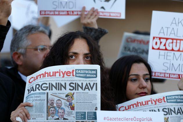 Εξι στελέχη της Cumhuriyet επέστρεψαν στην φυλακή για να εκτίσουν τις ποινές