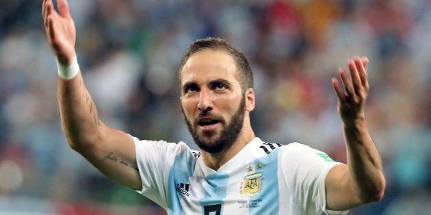 Gonzalo Higuain e Mattia Caldara al Milan, Leonardo Bonucci alla Juventus. Maxi operazione