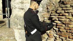 Turista stacca un pezzo di Colosseo e se lo mette in tasca: