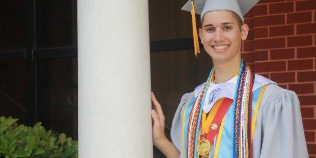 I genitori lo ripudiano perché gay. Con una raccolta fondi realizza il sogno di andare al