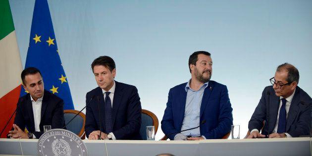 Manovra, Giovanni Tria insiste per abbassare il deficit al 2%, ma Di Maio e Salvini resistono e puntano...