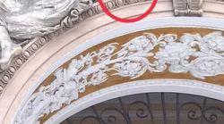 Una pallonata spezza la mano di un angelo nella Galleria Umberto I di