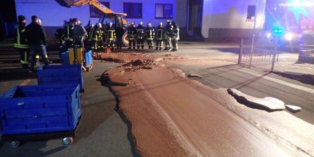 Guasto alla fabbrica, una tonnellata di cioccolata invade la