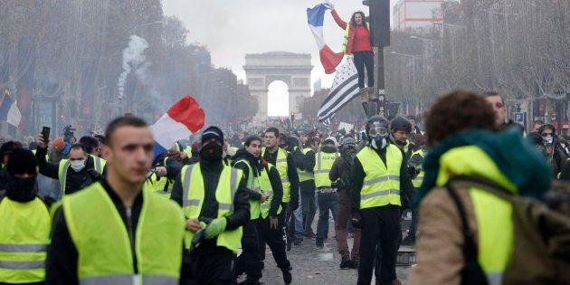 Parigi chiede ai gilet gialli di fermarsi dopo l'attentato a Strasburgo, ma i manifestanti non