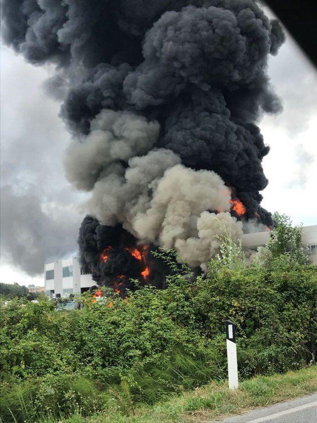 Incendio in un capannone a Pietrasanta: allarme fumi