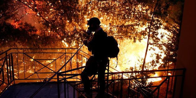Il ministro greco per la Protezione civile si dimette per la gestione degli incendi che hanno messo in...