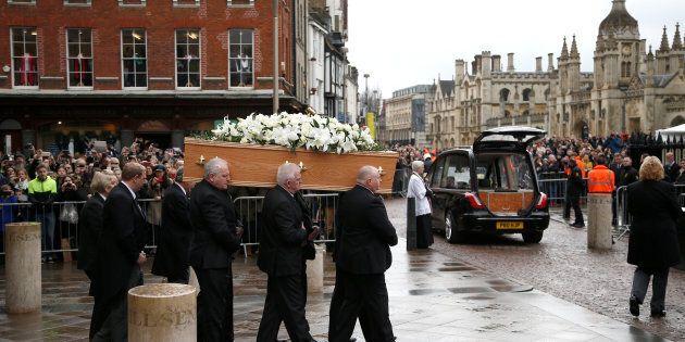Londra dà l'ultimo saluto a Stephen Hawking. La bara coperta di gigli e rose bianchi, a rappresentare...
