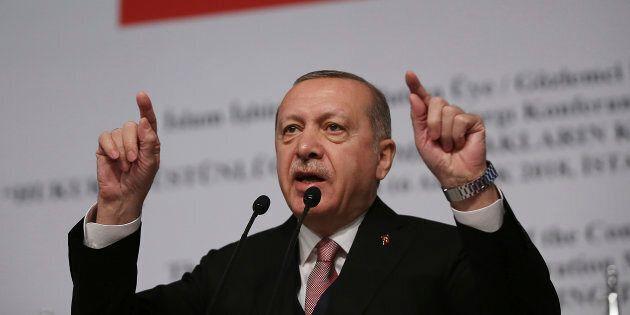 Siria, Erdogan calza l'elmetto e sfida gli Usa: pronti all'offensiva finale contro i