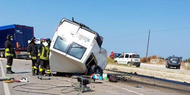Strage di braccianti: un altro incidente nel Foggiano tra un furgone e un tir, dodici morti. Salvini...